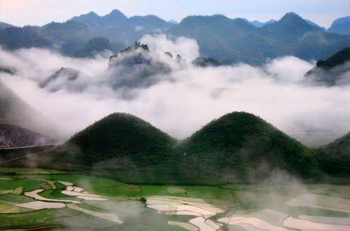 Núi đôi Quản Bạ bồng bềnh trong sương sớm