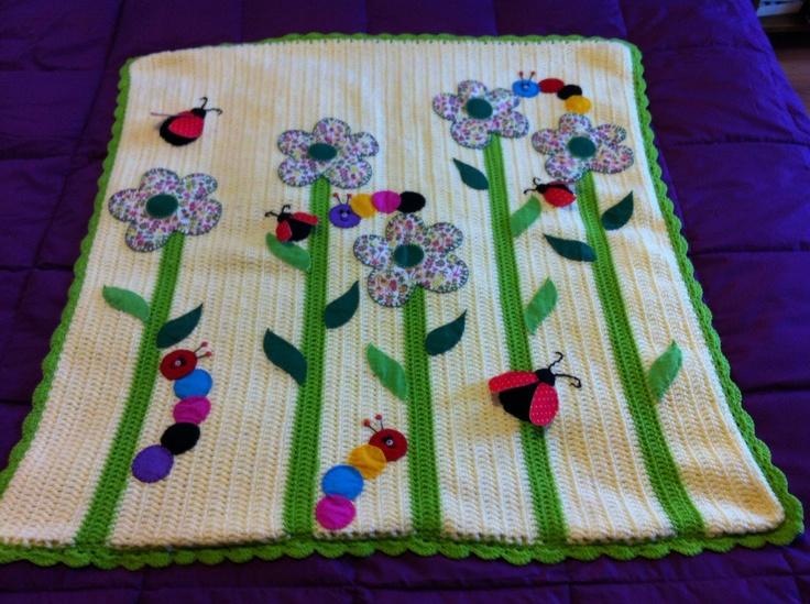 Manta de beb tejida a crochet con aplicaciones de g nero - Aplicaciones de crochet para colchas ...