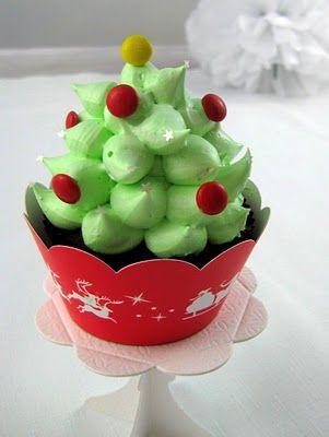 Cute Christmas Tree cupcakes.  Yum!
