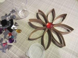 Flor de cartón (con rollos de papel higiénico).