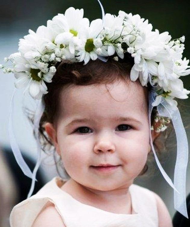 adorable petite fille avec une couronne de fleurs dans les cheveux. Black Bedroom Furniture Sets. Home Design Ideas