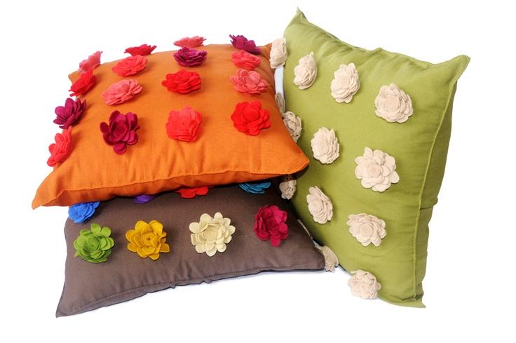 Cojines decorados con flores de fieltro imagui - Decorar cojines con fieltro ...