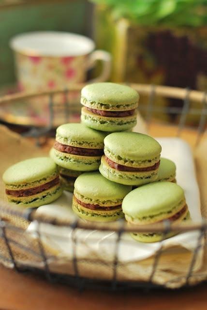 Green tea macarons with red bean paste | Photo ideas | Pinterest