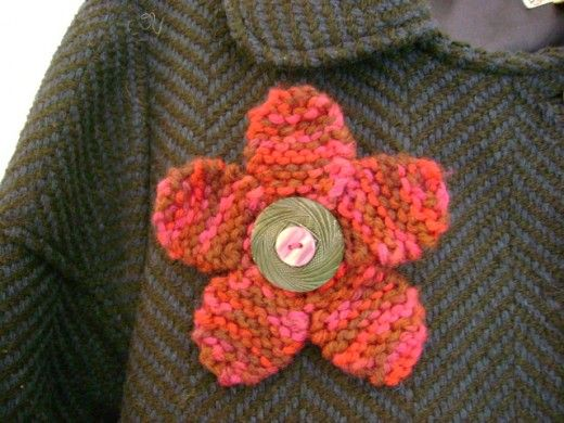 Patterns For Knitted Flowers : Free Jewelry Knitting Pattern: Flirty Flower Pin with Button Center