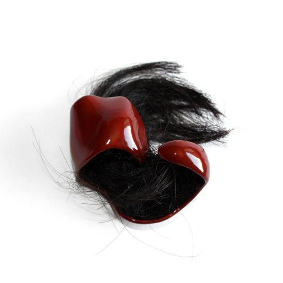 """DELARUE Marion """"Mania"""" Objet de main. Laque naturelle coréenne, cheveux humains. 2011."""