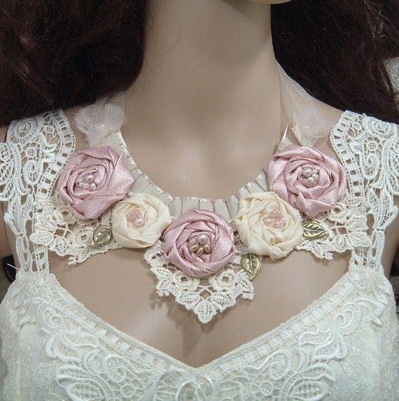 Hermosas flores de tela en el cuello de este romntico vestido.