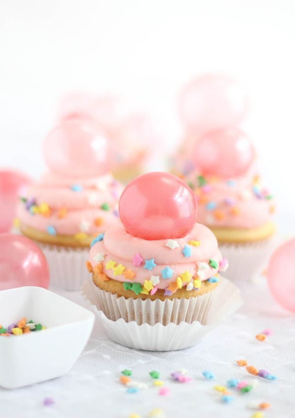 DYING over these Bubble Gum Frosting Cupcakes with Gelatin Bubbles