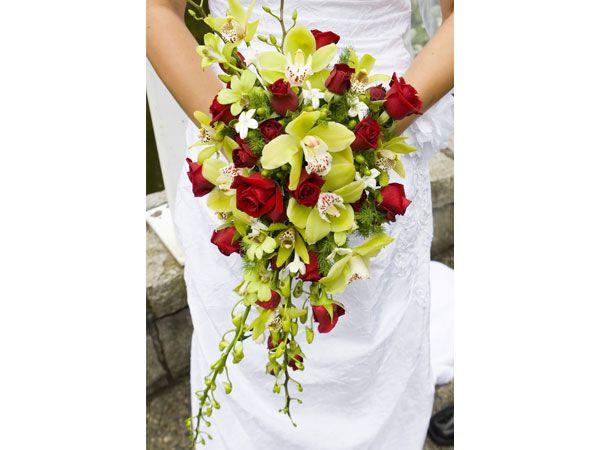 Ramo en caída de orquídeas y rosas