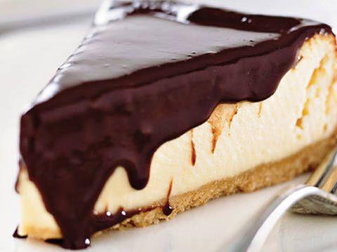 White chocolate cheesecake with dark chocolate sauce