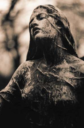 Père-Lachaise Cemetery: statue
