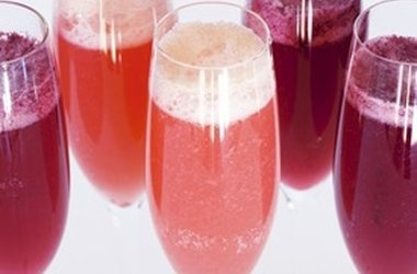 Berry Bellini Cocktail. #recipes #drinks #alcohol