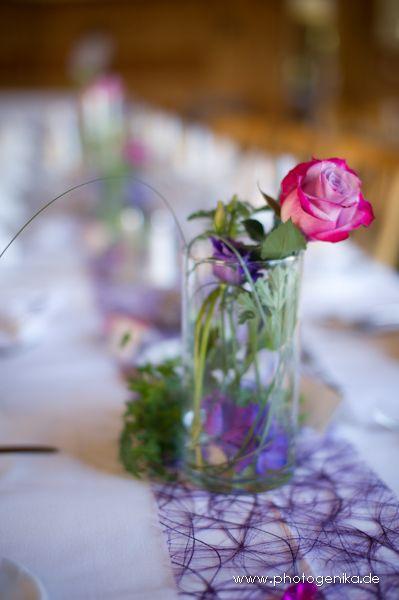 Hochzeit Tischdeko pinke Rose Glasvase lila Tischband