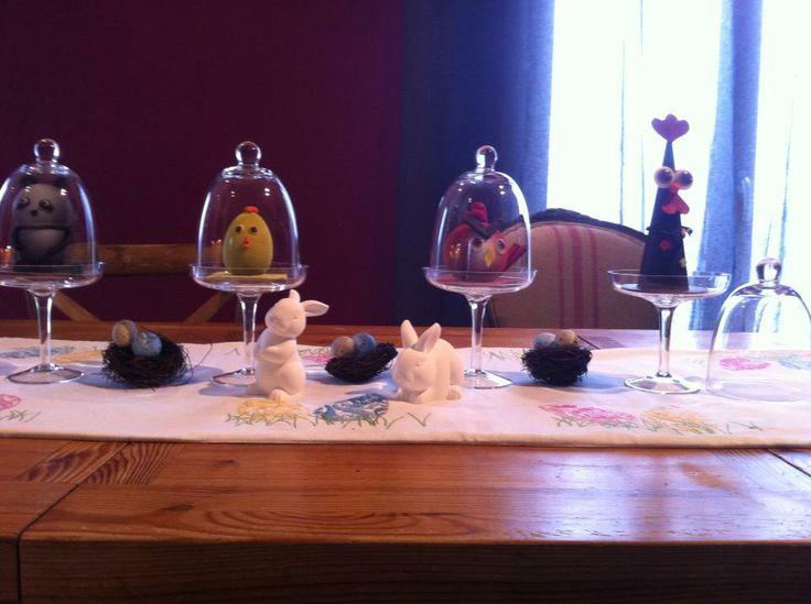 Table de Pâques, chocolat sous cloche.  Decoration de table  Pinter ...