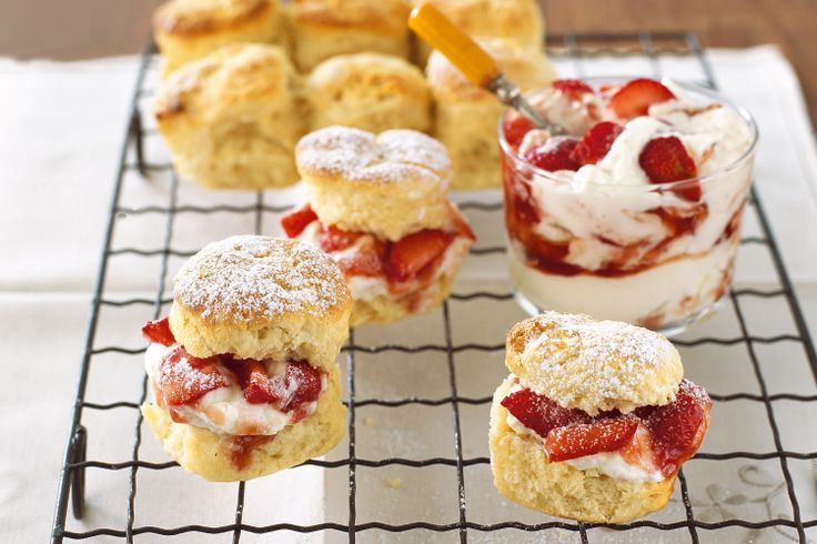 Vanilla-flavoured scones with fresh strawberries and a dollop of cream ...
