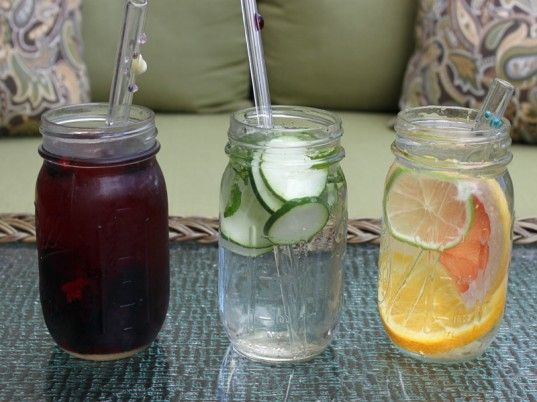 HOW TO: Make Fruit-Infused Water Coolers in Mason Jars | para estos calores