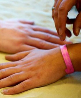 This Simple Wristband Can Ensure You Never Get A Sunburn Again~ Will be buying a pack when they're made, how truly awesome!