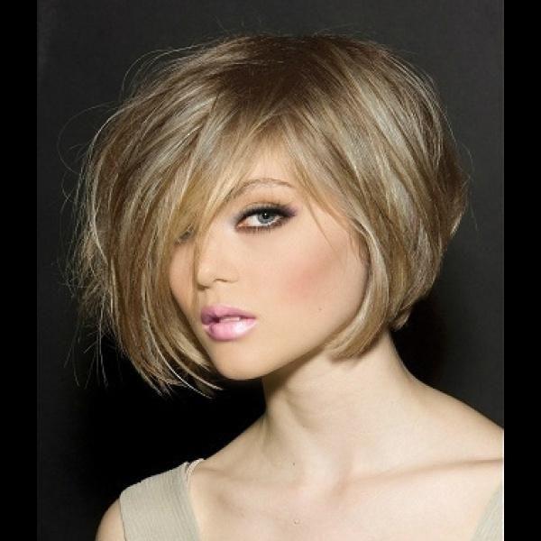 Стрижки для тонких волос средней длиной челкой