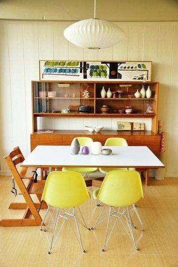 kolorowe krzesła w jadalni