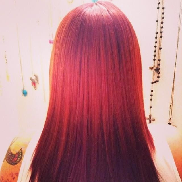 Scott McCraw of Newport Oregon did this Ombré a couple of weeks ago. Red violet melting into copper melting back to red violet. #ombre #redhair #splashlights #redkenobsession #salonethos #creativecolor