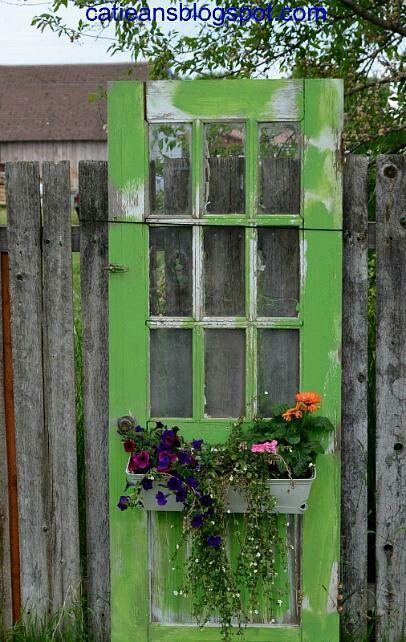 Gran vieja puerta verde con caja de la ventana ......