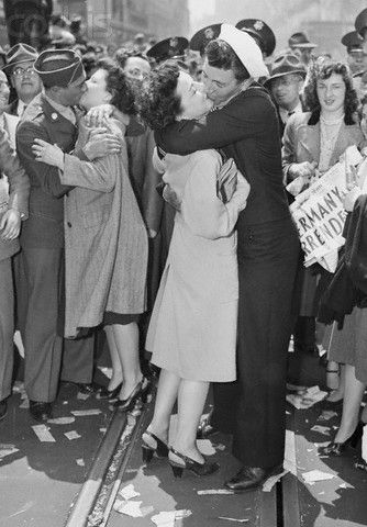 Times Square on V-E Day May 7, 1945. #vintage #1940s #WW2 #kissing