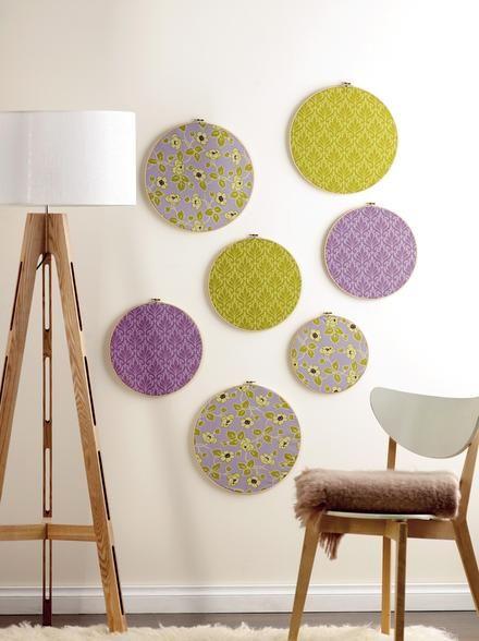 Cuelga bastidores de bordar en la pared y tendr s unos - Decorar paredes con telas ...