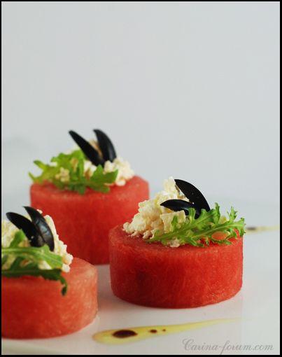 Insalata di anguria con olive e feta marinata