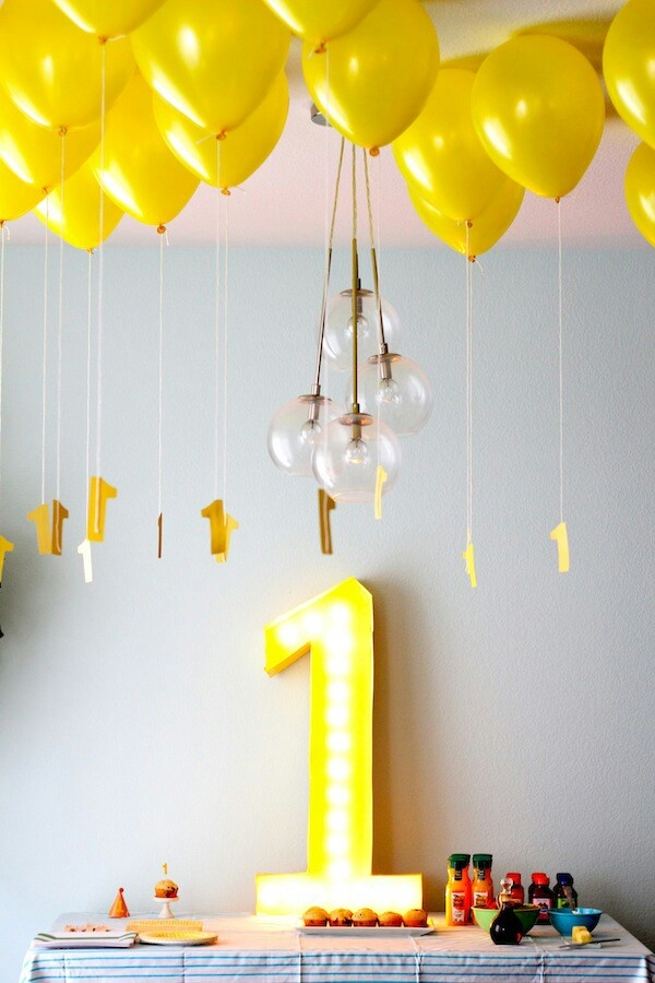 Paper tags hanging from balloons diy partay pinterest for Balloon decoration for first birthday