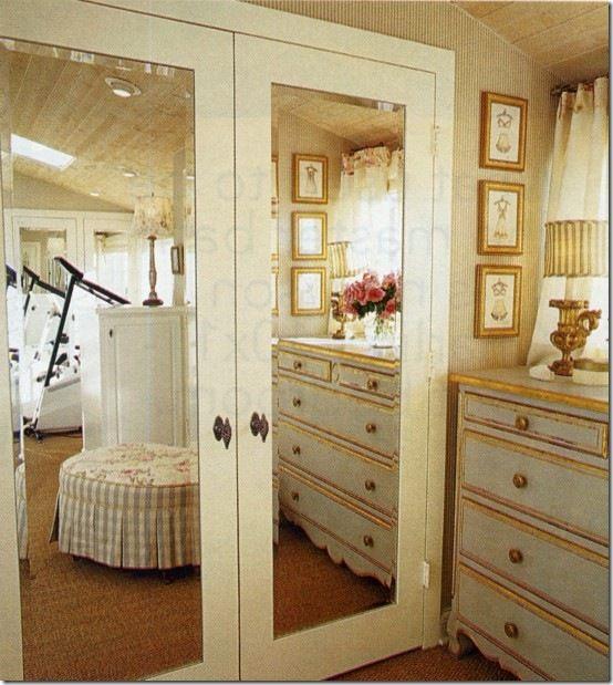 mirrored closet doors with pretty door knobs
