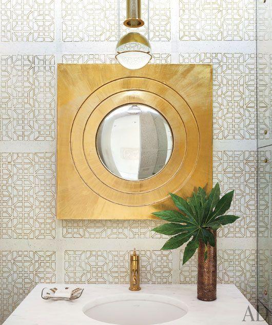 Miroir magique aux murs via architectural digest