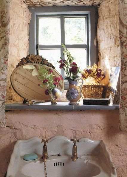 Love the deep windowsill and the mirror!
