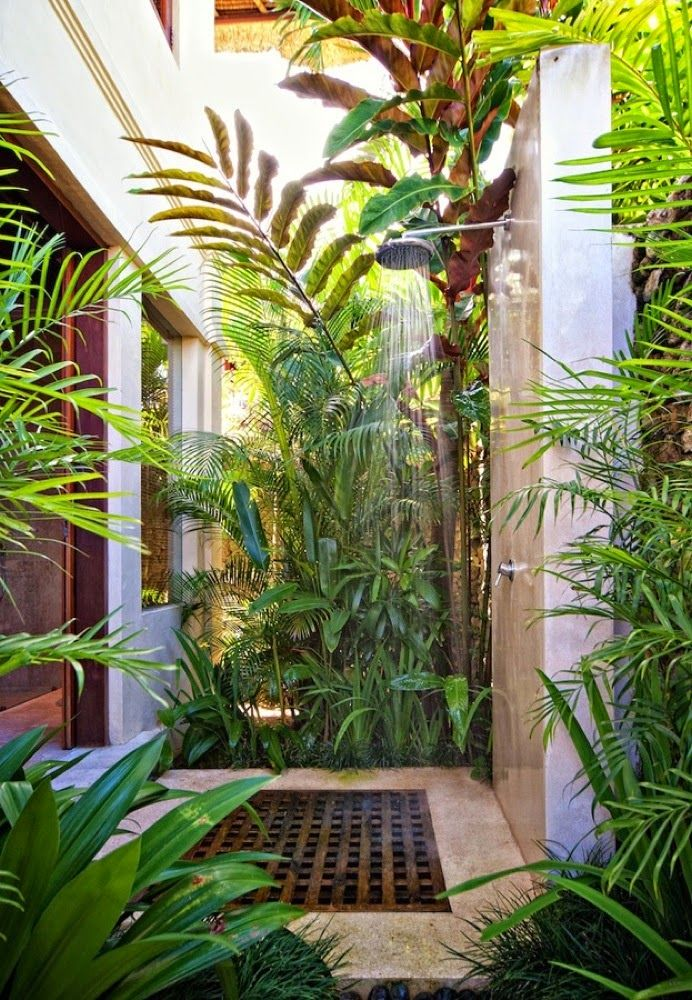 Tropical chic design outdoor shower la maison outdoors pinterest - Salle de bain tropicale ...