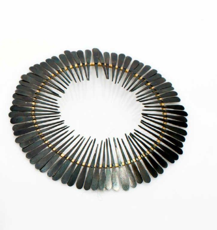 Ulrike KÄMPFERT  « Ombrelle ». Broche frise de pétales de fer oxydé sur un ovale en or. Pièce unique. 2007. Poids brut : 8,2 g ; Diam. : 7,5 x 7 cm. estimation 600-800€  http://photo.auction.fr/e/1/e/kampfert-chuard-ulrike-nee-en-1965-ombrelle-1390300950227205.png