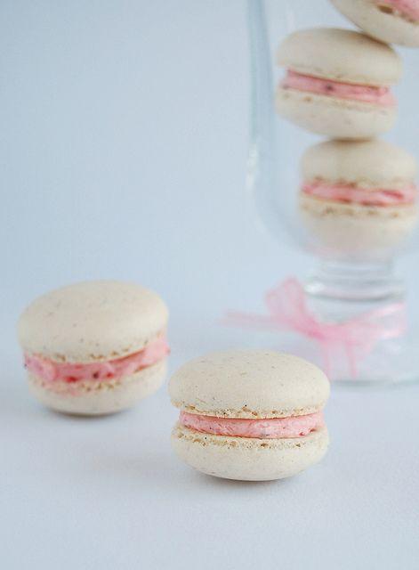 Vanilla bean macarons with roasted strawberry buttercream / Macarons ...