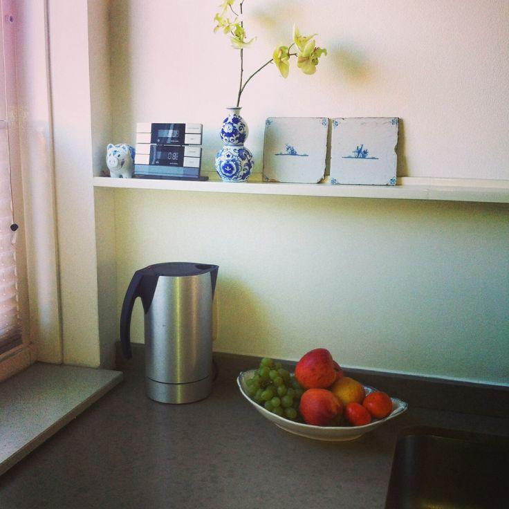 Blauwe Keuken Delft : Industri?le keuken met antieke Delfts blauwe tegeltjes, vaasje &K