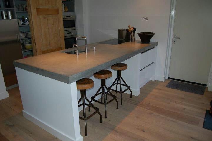 Keuken Met Betonnen Blad : Prachtige keuken met betonnen blad. Apparaten weg gewerkt achter oude