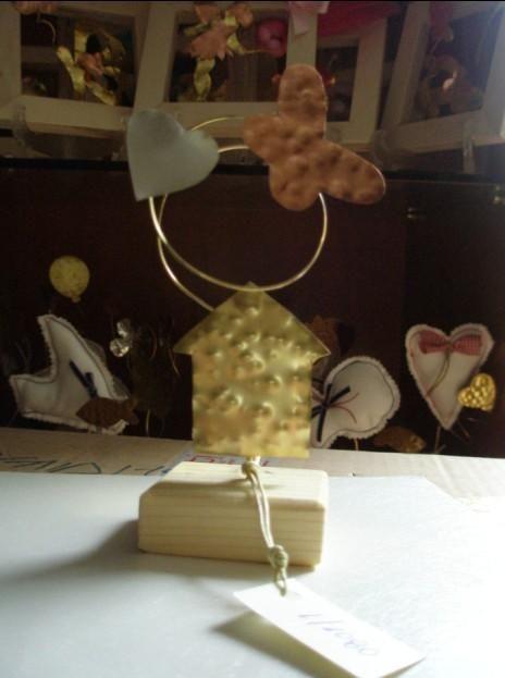 Βάπτισης μπομπονιέρα με βάση ξύλινη. Εικαστικό σφυρήλατο σπιτάκι με καρδιά και πεταλούδα. Μια μοναδική και ωραία μπομπονιέρα που είναι σε καλή τιμή. mpomponieresvaptisis.gr/
