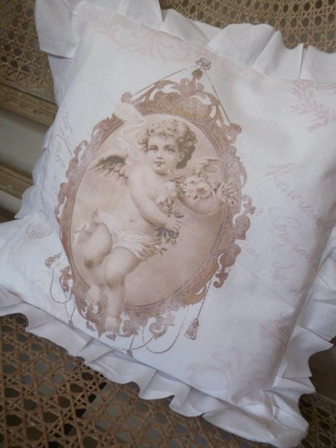 Coussin ANGE SEPIA Ce coussin en coton blanc est orné d'une image vintage dans les tons sépia. Volant effiloché tout autour. Vendu avec intérieur, déhoussable Dimensions 40 x 40 cm sur www.lemondederose.com