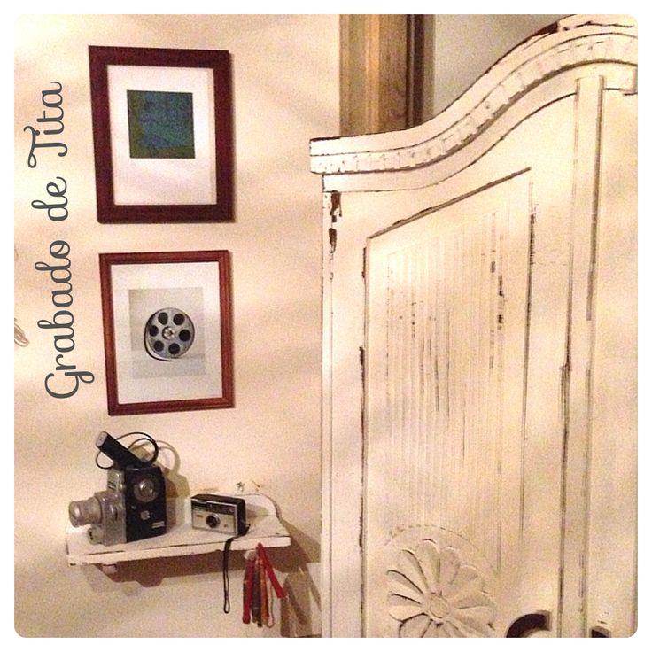 Decoracion De Baños Con Granito:Repisa blanca con Cámaras antiguas y mueble vintage grabado