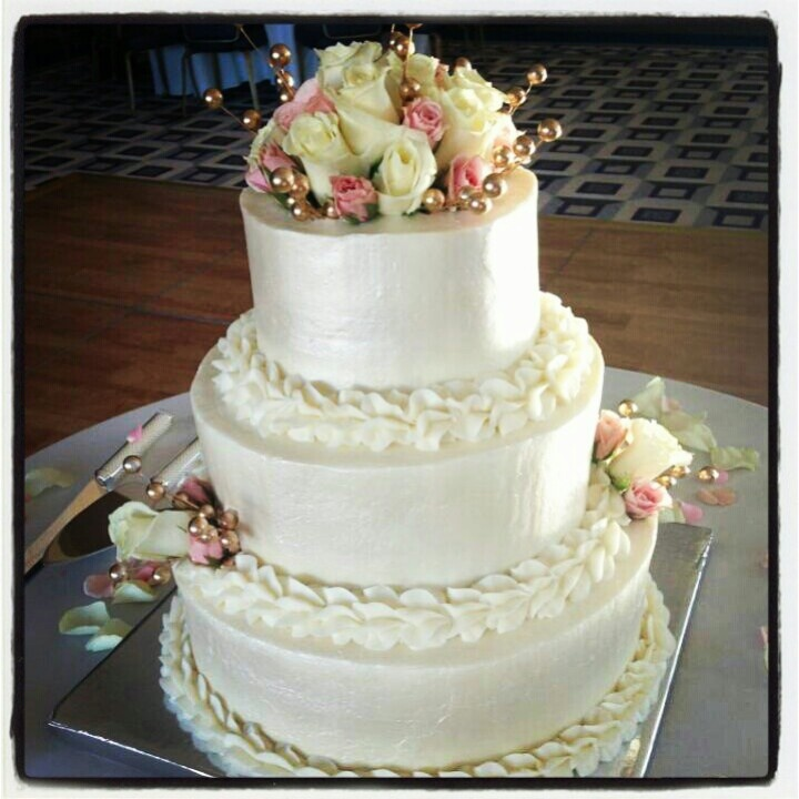Simple white wedding cake with roses | My cakes | Pinterest
