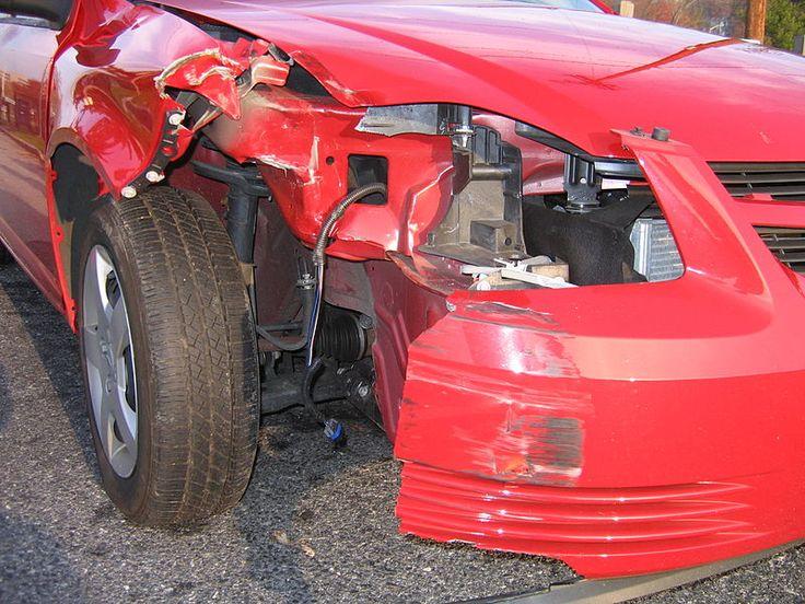 auto z uszkodzoną przednią częścią maski