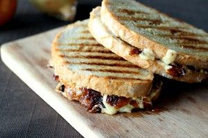 Toast with caramelized onions and cheese | Because I Eat | Pinterest