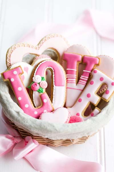 Gorgeous cookie gift basket (Sweet Living Magazine). These are for Valentine's Day, but would be great in other colors for a wedding or bridal shower.