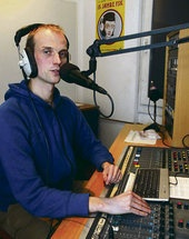 »Wir sind mehr als nur Gegenöffentlichkeit.« Sören Drewes im Studio des Hamburger Freien Sender Kombinats (Radio FSK).