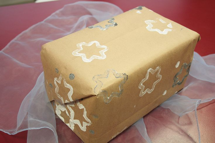 Faites votre papier cadeaux vous-même avec les tampons à peinture !