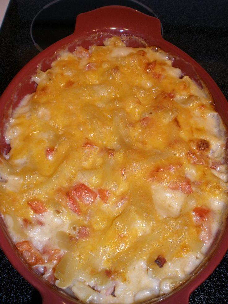 Delicious family favorite.. Mac and Cheese with bacon and tomato. For ...