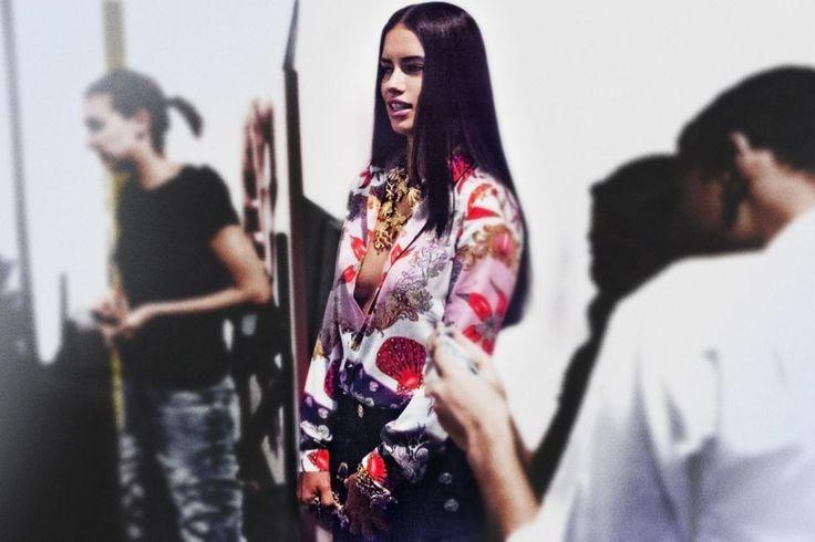 Adriana Lima nos bastidores da campanha da Versace para Riachuelo (Foto: Divulgação)