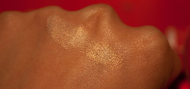 Essence holographic eyeshadow by zaamissbowtie, http://completedisbelief.co.za/blog/2012/08/07/beauty-101-multi-purposing-eyeshadow/#