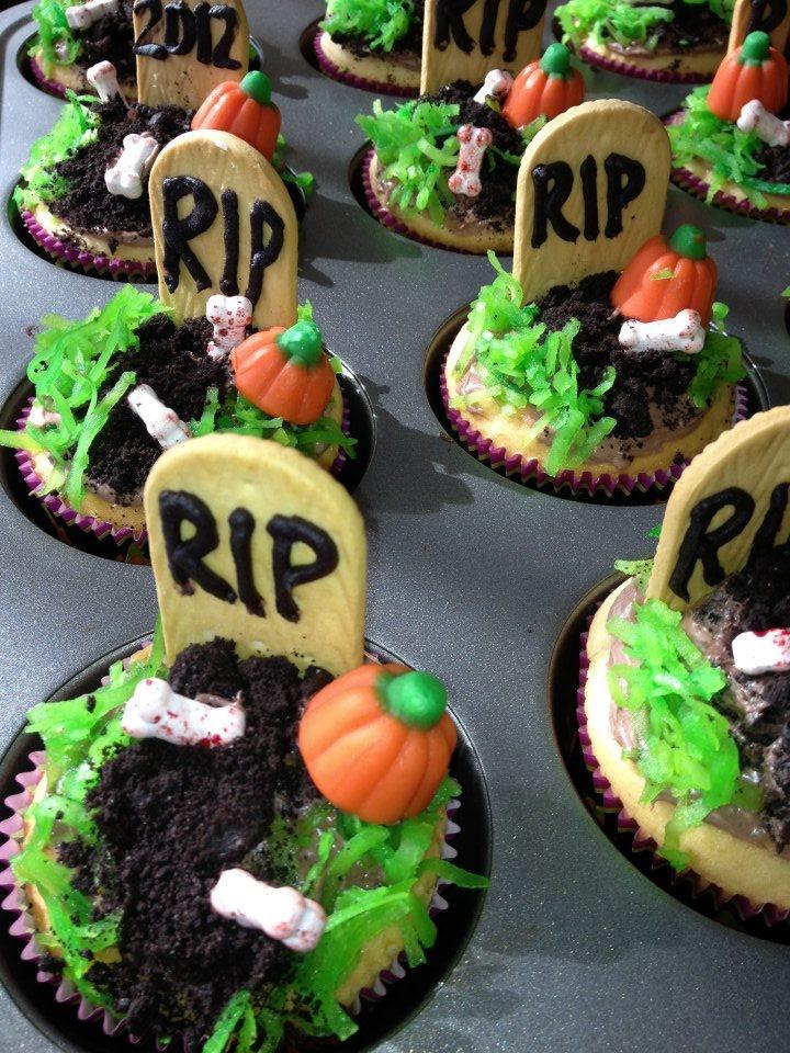 Halloween graveyard cupcakes | Halloween | Pinterest