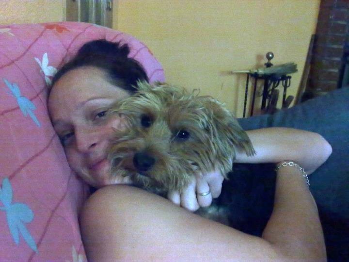 Miriam Cabezas Buil en una cariñosa foto con su perrito Tomy